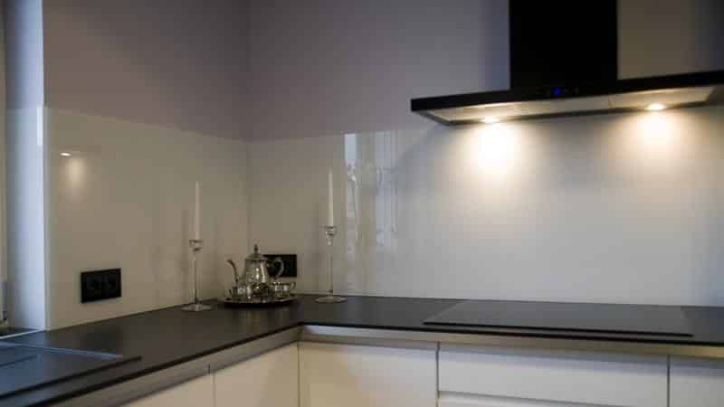 Использование белой плитки для фартука на кухне
