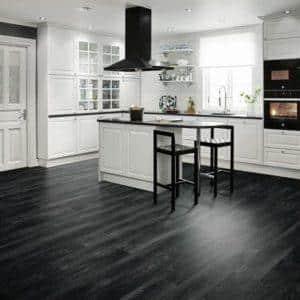 Интерьер кухни с темным полом