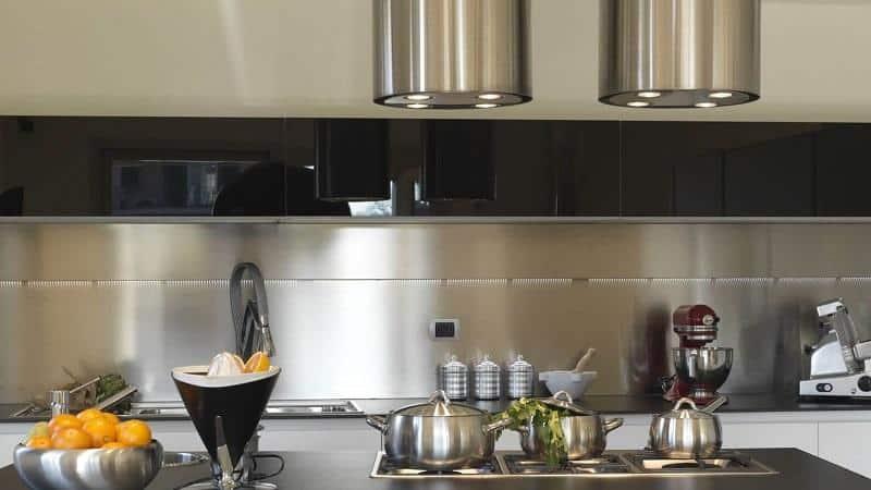 Все о металлических фартуках для кухни