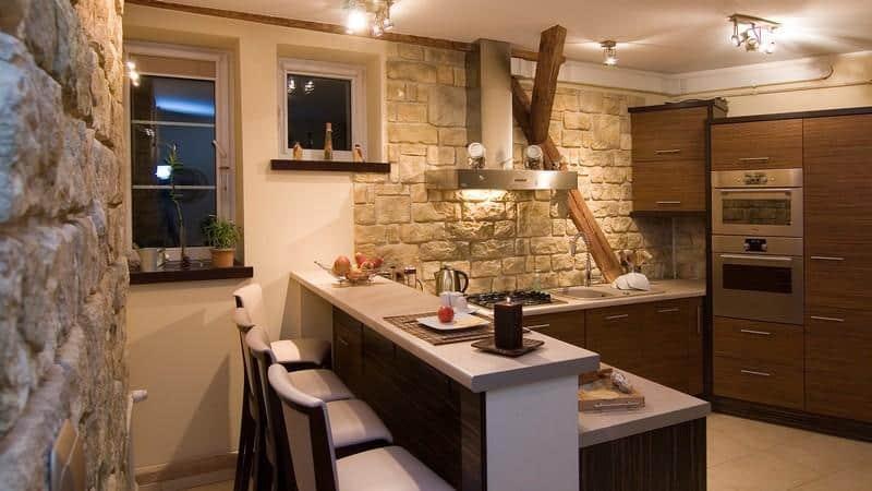 Все об отделке стен на кухне кирпичом