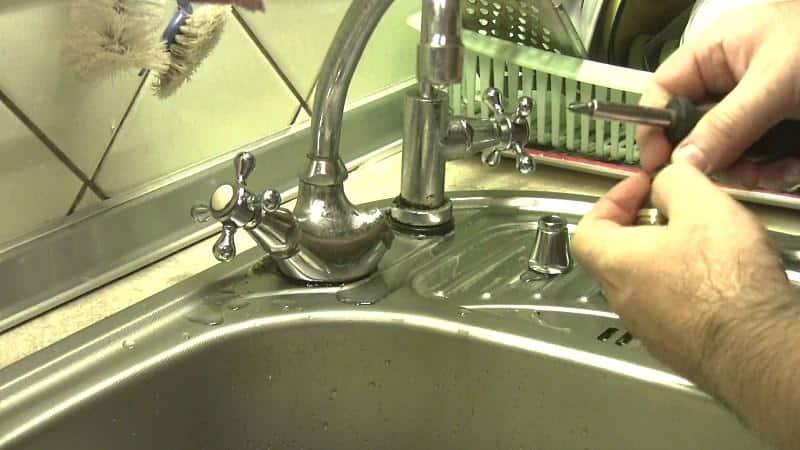 Все о том, как поменять смеситель на кухне своими руками