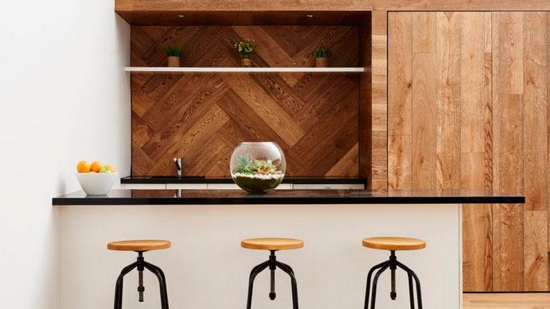 Всё об отделке стен на кухне ламинатом