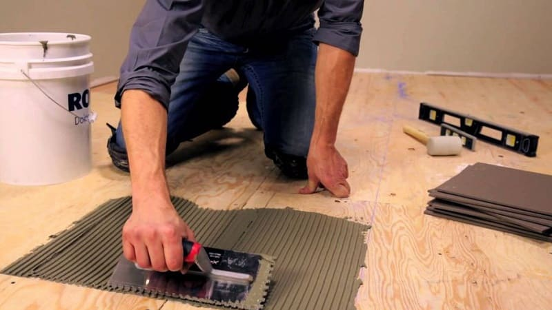 Как положить плитку на деревянный пол на кухне