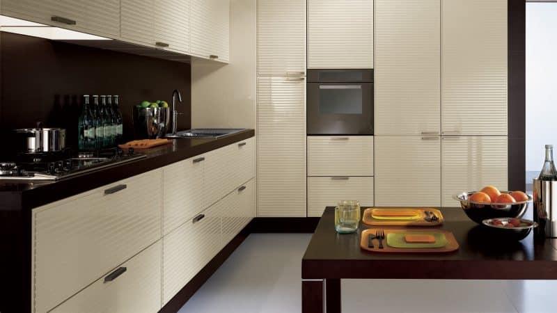 Кухня цвета слоновой кости в сочетании с темной столешницей