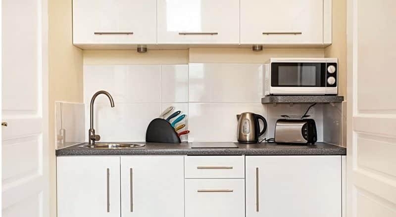 Расположение микроволновки в маленькой кухне - как спрятать и куда поставить