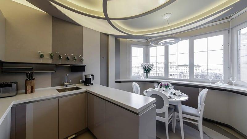 Кухни с выходом на балкон: дизайн и возможность объединения