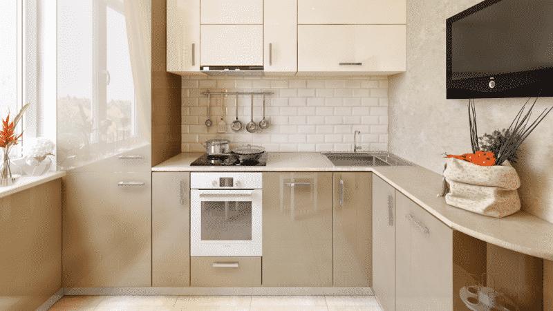 Дизайн угловой 5 метровой кухни в хрущевке с холодильником