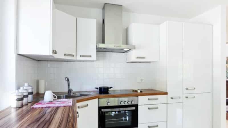 Белая кухня с деревянной столешницей – удачное сочетание