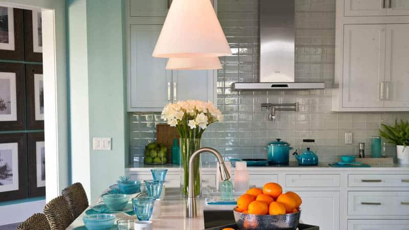 Яркие цвета посуды для кухни