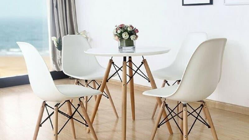 Разноцветные стулья из пластика в дизайне кухни
