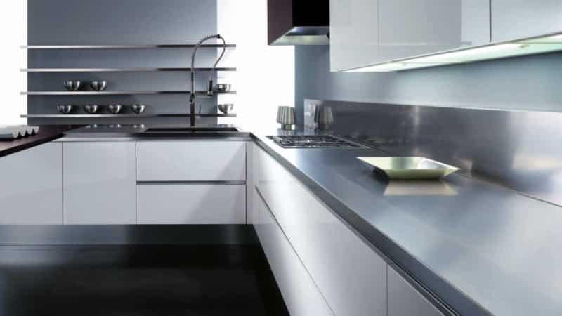 Дизайн белой кухни без ручек