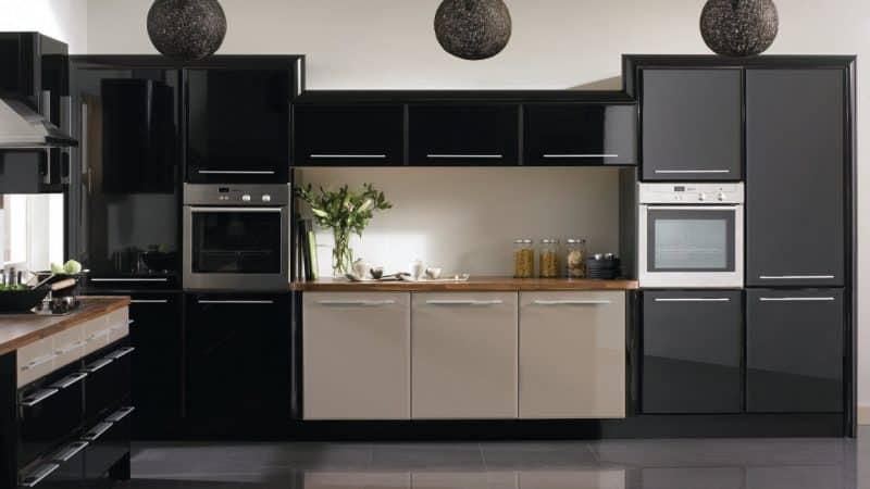 Дизайн черной кухни с темными фасадами