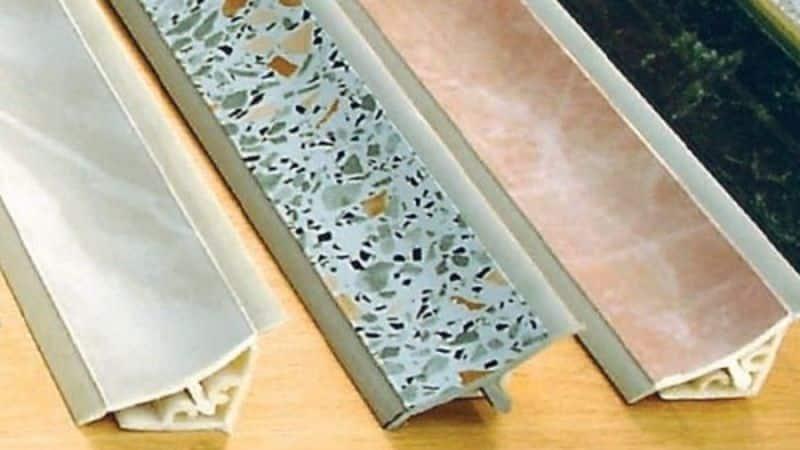Как прикрепить плинтус к столешнице на кухне: особенности монтажа