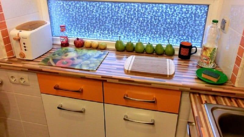 О зимнем холодильнике на кухне под окном