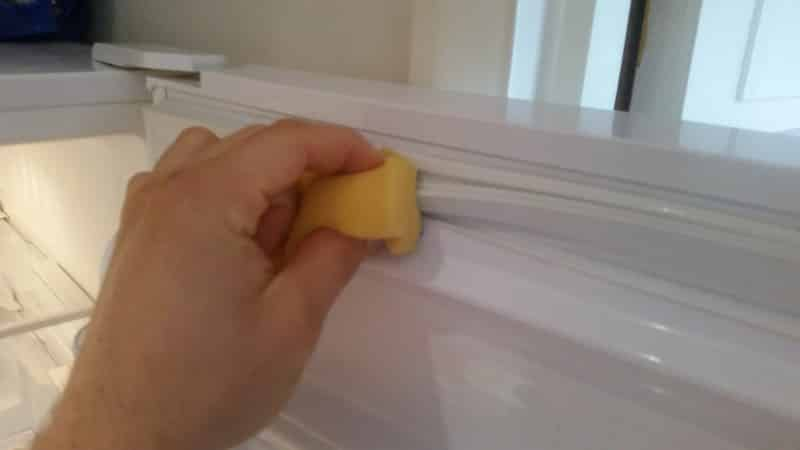 Как приклеить резинку в холодильнике