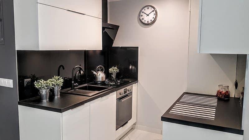 Дизайн белой кухни с черной столешницей