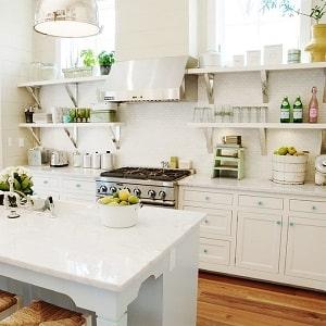 Использование полок на кухне вместо шкафов