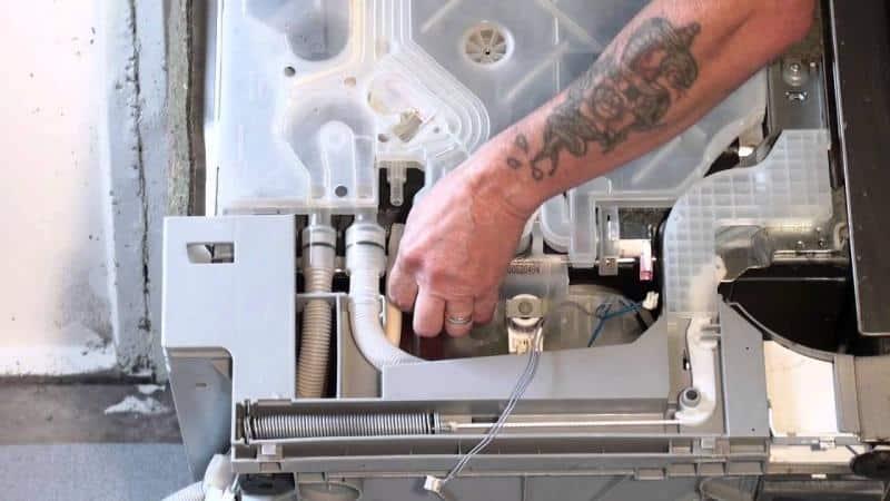Почему в посудомойке не сливается вода, что нужно сделать