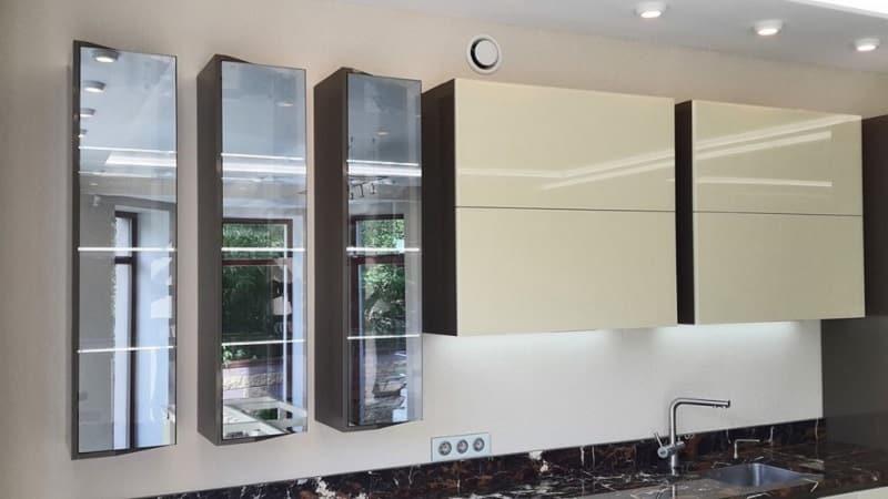 Кухонные стеклянные фасады  со вставками из закаленного стекла