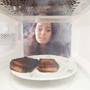 Как быстро убрать неприятный запах в микроволновой печи