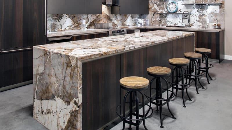 О современных кухнях с барной стойкой: дизайн и стили интерьера