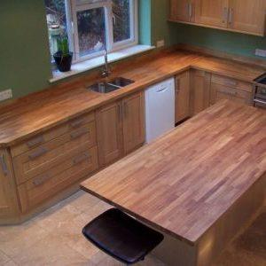 О столешницах из дуба для кухни: отличия и изготовление