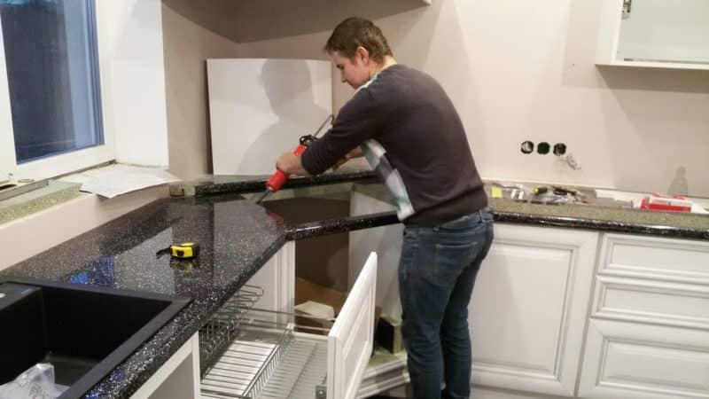 О ремонте столешницы для кухни: как заделать дырку своими руками