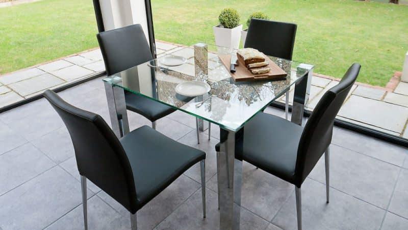 Стеклянные кухонные столы и стулья