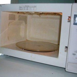 Можно ли пользоваться микроволновой печью, если внутри облезла эмаль