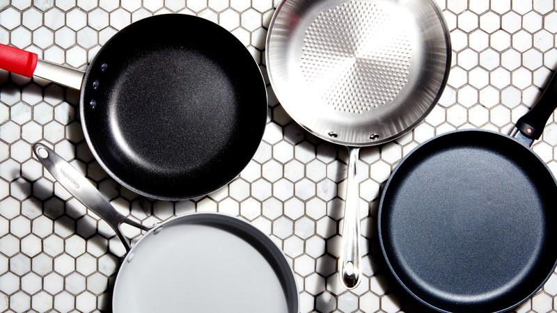 Готовят ли на сковороде с поврежденным антипригарным покрытием