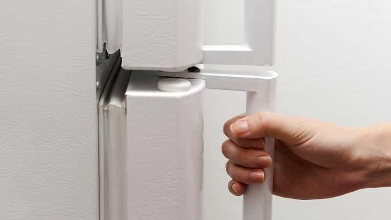 Что делать, если не закрываются двери холодильника