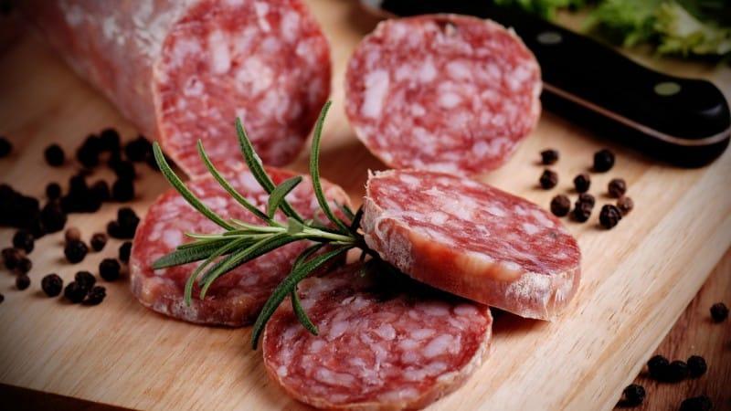 Хранение сырокопченой колбасы в холодильнике: как продлить срок хранения