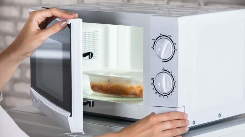 Почему микроволновая печь начала трещать