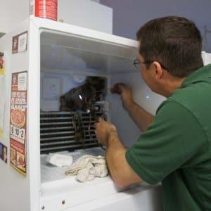 Подтекает холодильник: как выявить причину, почему это происходит