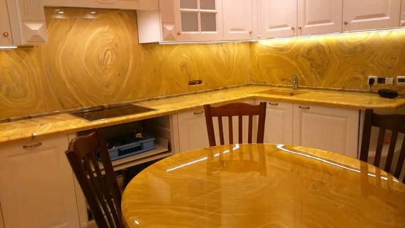 Всё о столешницах из мрамора для кухни: плюсы и минусы