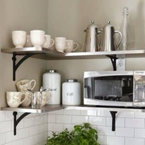 О полках на кухне: как повесить над обеденным столом и не только