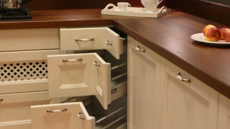 Ящики в кухонном гарнитуре: как их вытаскивать