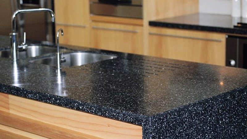 Мытье и чистка кухонных столешниц из искусственного камня