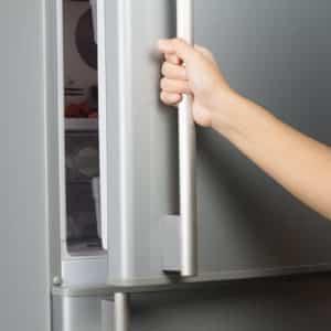 Как перевесить дверцу холодильника для открывания на другую сторону