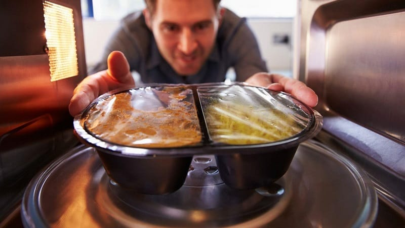 Можно ли поставить в микроволновую печь железную посуду
